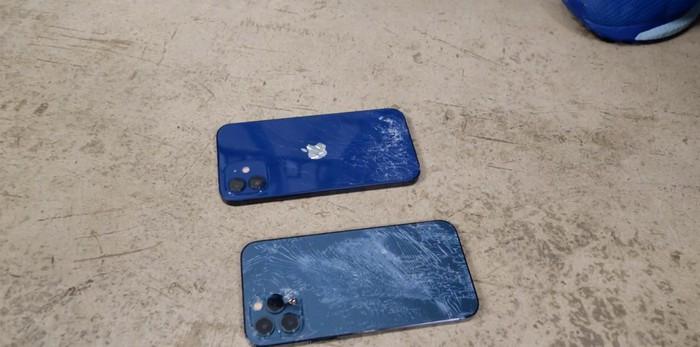 Ở độ cao này thì tất nhiên mặt kính lưng của cả 2 chiếc iPhone đều bị vỡ.
